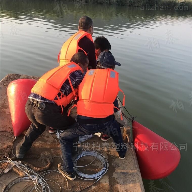水库红色尖尖的浮标 柏泰塑料航标